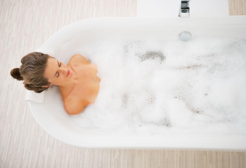 למים יש אפקט מרגיע לא רק בשתייה, אלא גם בתחושת המגע שלהם על הגוף. שהות בתוך המים מרגיעה, משחררת ומאזנת לחצים (צילום: shutterstock)