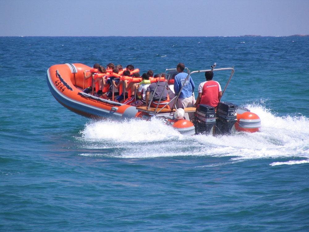 שייט בסירות טורנדו לנקרות של ראש הנקרה (צילום: גיל נחושתן, פוצקר, באדיבות אוצרות הגליל)