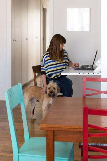 בעלת הבית ליד שולחן העבודה הנפתח (צילום: שי אפשטיין)
