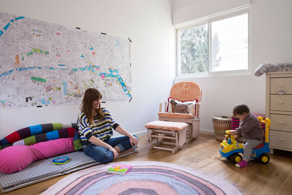 חדרה של הבת הפעוטה תוכנן כך שבעתיד אפשר יהיה להלין בו ילד נוסף. על הקיר תלוי איור בשחור-לבן, שקנתה אמה בחנות ''מרסי'' בפריז, וצבעה חלקים ממנו (צילום: שי אפשטיין)