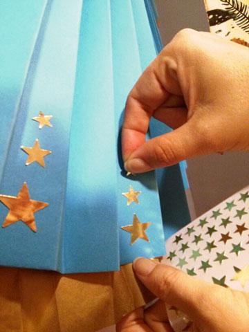כוכבים על החצאית כמחווה לתלבושת המקורית (צילום: אפרת חסון דה בוטון)