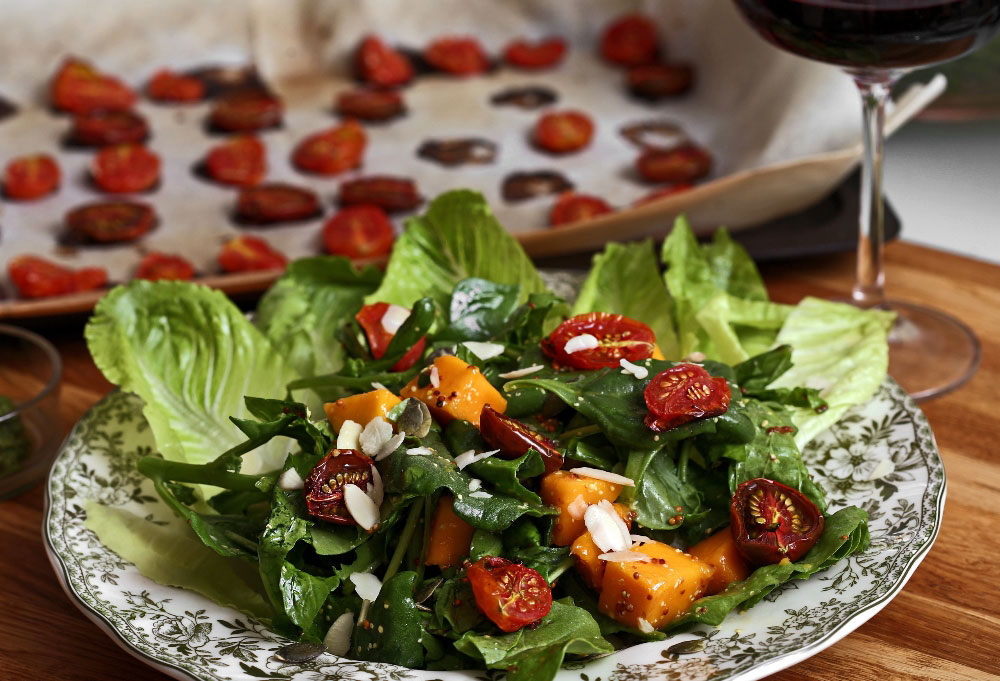 סלט קייצי עם מנגו, עגבניות מיובשות ורוקט (צילום: עדי קראוס)