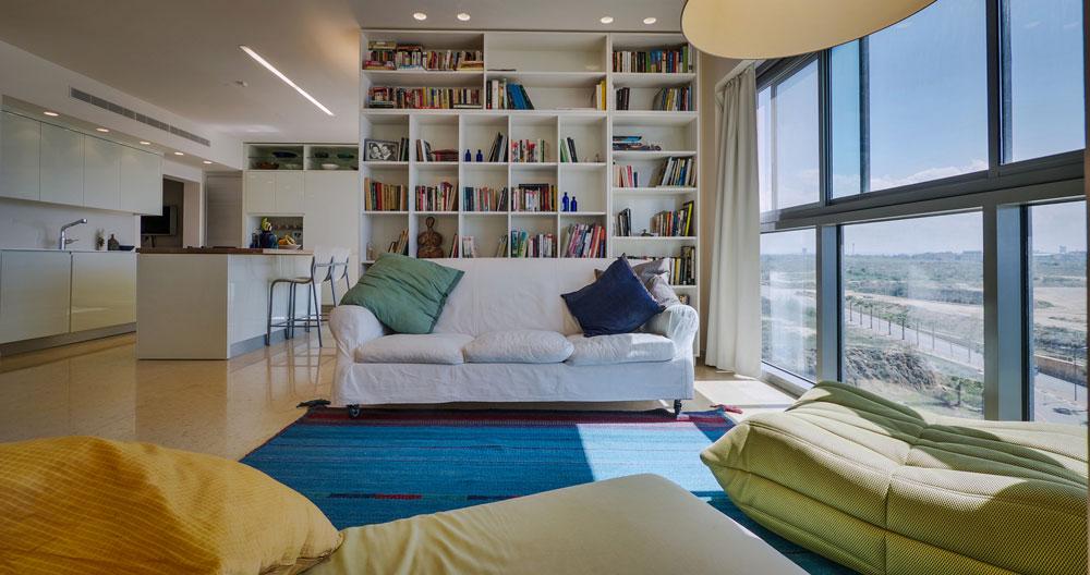 בדומה לספרייה שתכנן רם כרמי בסלון ביתם הפרטי, בנתה רבקה כרמי ספרייה גדולה. היא מהווה דופן לסלון ומתפקדת כחלק בלתי נפרד מהעיצוב הכולל (צילום: איתי סיקולסקי)