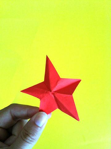 כוכב מקיפול אחד מינימליסטי (צילום: אפרת חסון דה בוטון)