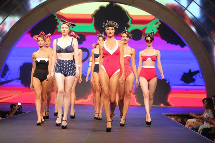 בגדי ים ססגוניים במחווה לנערות הפין אפ של שנות ה-40, שנחשבות עד היום למודל יופי שמזוהה עם הוליווד בעידן האולפנים הגדולים (צילום: אורית פניני)