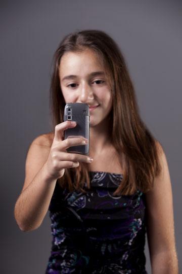 """""""נערה סיפרה על סרטון שהופץ, ובו נערה אחרת מהשכבה מקיימת יחסי מין"""" (צילום: shutterstock)"""