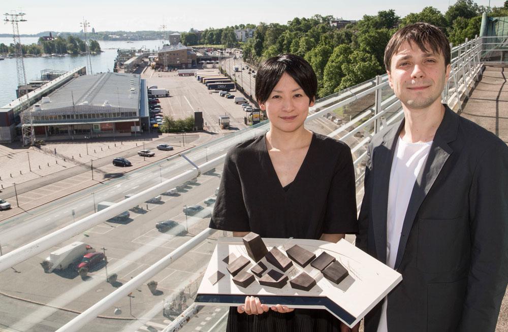 ניקולס מורו הצרפתי והירוקו קוסונוקי היפנית מציגים את המודל שזיכה אותם בתחרות (צילום: Riitta Supperi)