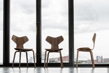 כאן אפשר לראות כיסאות וכורסאות של האדריכל ארנה ג'ייקובסון (באדיבות FRITZ HANSEN)