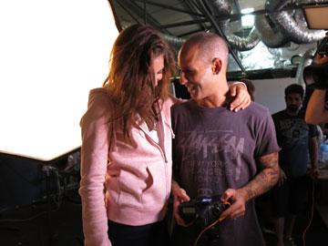 מלכה עם צלם האופנה יריב פיין, הבוקר על סט הצילומים (צילום איתי יעקב)