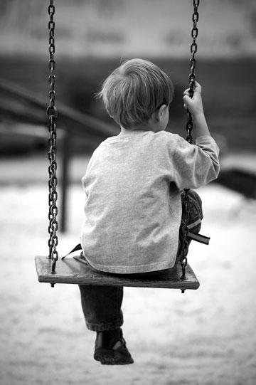 """""""הסתובבתי בשבילי הקיבוץ, ילד קטן אבוד שמחפש את אבא"""". אילוסטרציה (צילום: shutterstock)"""
