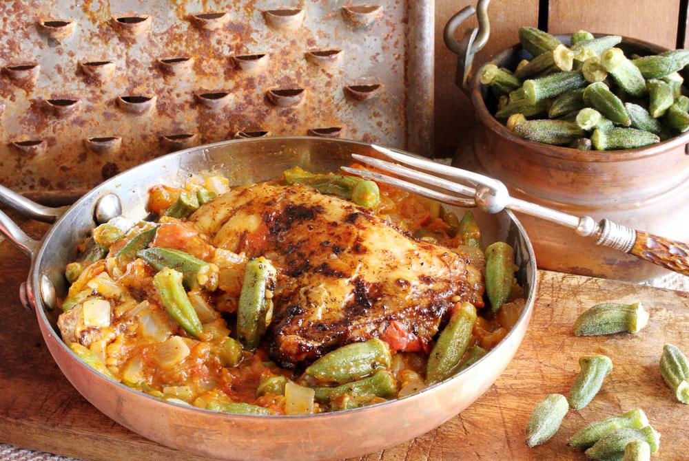 תבשיל במיה עם עוף (צילום: אסנת לסטר)