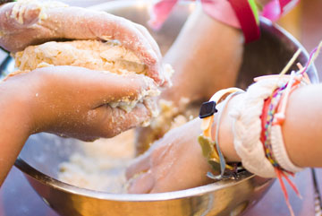 """יום """"מאסטר שף"""". לבשל ביחד עם הילדים (צילום: shutterstock)"""