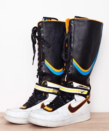 """מגפיים של ריקרדו טישי לנייקי (7). """"מצדי שיהיו לי רק שלוש מערכות לבוש בארון, כל עוד אני מגובה עם מיליון זוגות נעליים"""" (צילום: ענבל מרמרי)"""