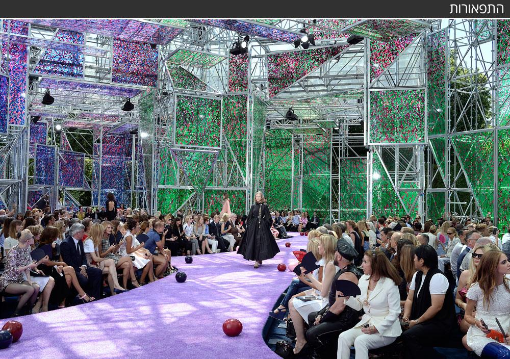 ראף סימונס מכריסטיאן דיור שב להציג במוזיאון רודן בפריז, והקים בחצרו ארמון שקוף שקירותיו נצבעו בצורות פרחים והתזות צבע (צילום: gettyimages)