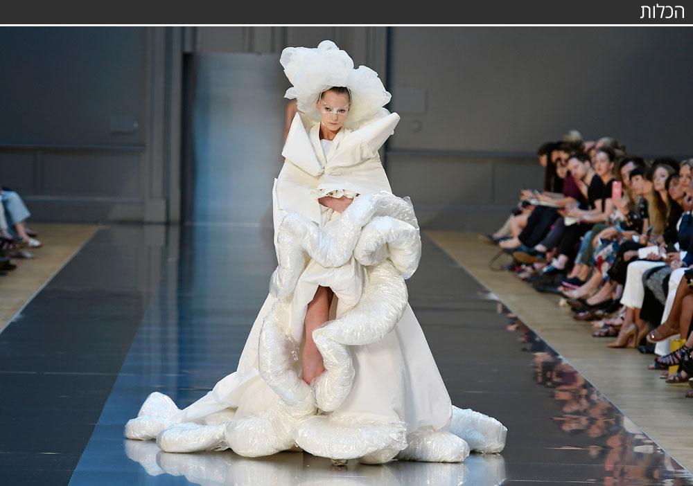 תצוגת ההוט קוטור השנייה של ג׳ון גליאנו לבית האופנה מרג׳יאלה התקיימה במסגרת שבוע האופנה בפריז, והגיעה לשיאה בשמלת כלה שהזכירה את מעיל הפוך המפורסם של בית האופנה מעונת אביב-קיץ 2012 (צילום: gettyimages)
