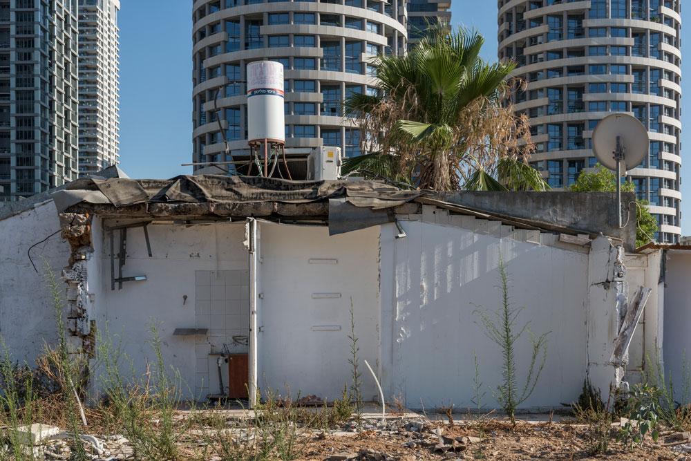 כאן יוקמו המגדלים או המגדל. הדחפורים כבר התחילו לעלות על הריסות הבתים, בעוד ששתי משפחות מסרבות להתפנות בגלל מחלוקת על הפיצויים (צילום: אלי סינגלובסקי)