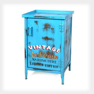רהיטים עם מראה ישן במתחם אייטמס אינדסטריאל בשוק הפשפשים