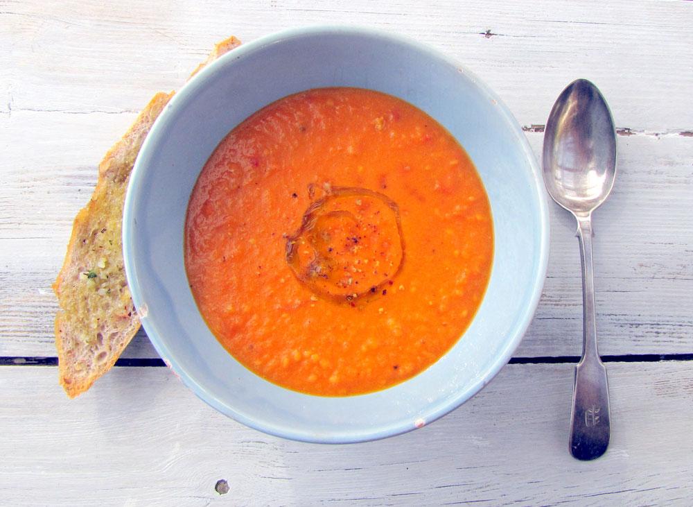 מרק קר של עגבניות צלויות (צילום: ספיר לוסטינגמן, סגנון: מור עזוז דרור)