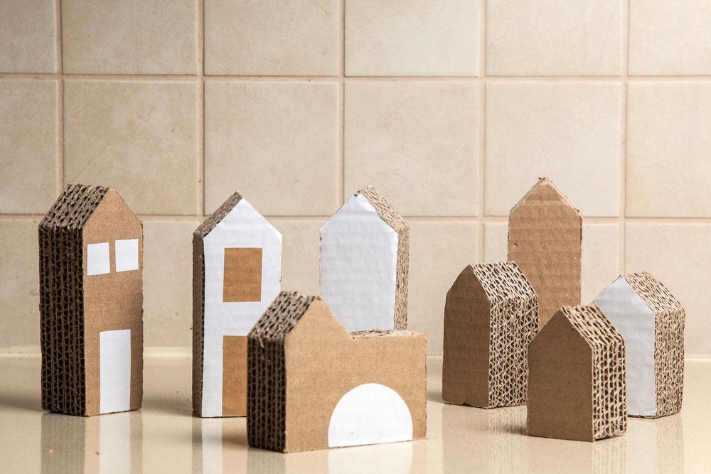 בתים ובניינים מקרטון (צילום: טל ניסים)