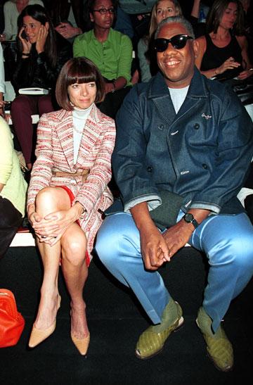 היו זמנים. עורכי האופנה אנדרה לאון טאלי ואנה ווינטור בתצוגה של דונה קארן בשנת 2001 (צילום: gettyimages)