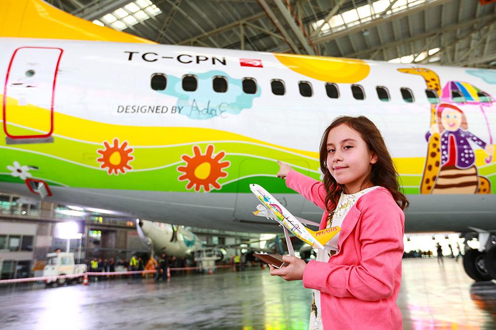 החברה היחידה בעולם שקוראת למטוסים על שמן של ילדות שטסו איתה בשנים האחרונות, אבל הילדה שמככבת בצילום הצליחה עוד יותר