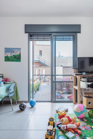חלון רגיל בסלון (צילום: אלי סינגלובסקי)