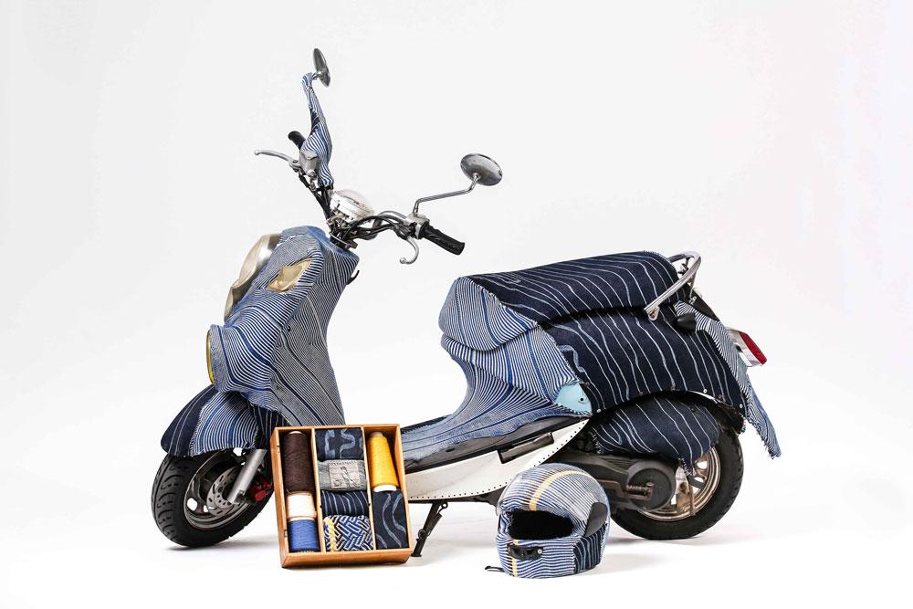 העבודה על הקטנוע החלה כשבמושב נפערו חורים. שניידרמן סורג משטחים ואז תופר אותם ישירות לגוף הקטנוע, עם חוט ומחט ברזל (צילום: אחיקם בן-יוסף)