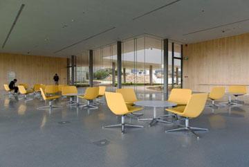 מערכות ישיבה באולם המבואה (צילום: דן חיוטין)