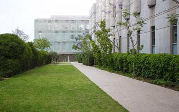 שני הבניינים של המכון לביוטכנולוגיה, הישן (מימין) והחדש (צילום: דן חיוטין)