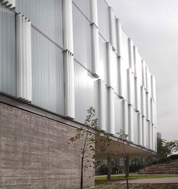 """""""וילון חלבי"""" בבניין החדש (צילום: דן חיוטין)"""