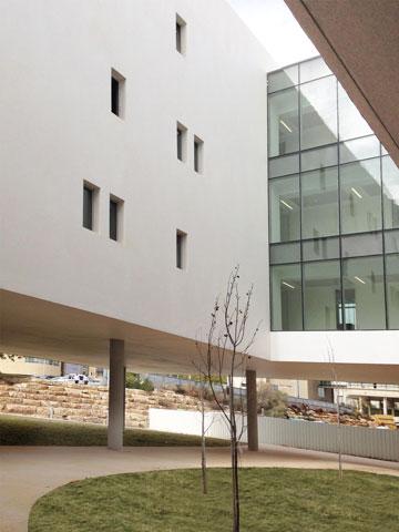 חצר פנימית בבניין החדש (צילום: דן חיוטין)
