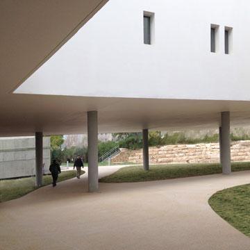 """""""הסטודנטים מרוצים מכך שאין בטון ושהבניין מאיר להם את העיניים"""" (צילום: דן חיוטין)"""