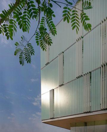 הבניין החדש מאפשר חדירת אור טבעי (צילום: דן חיוטין)