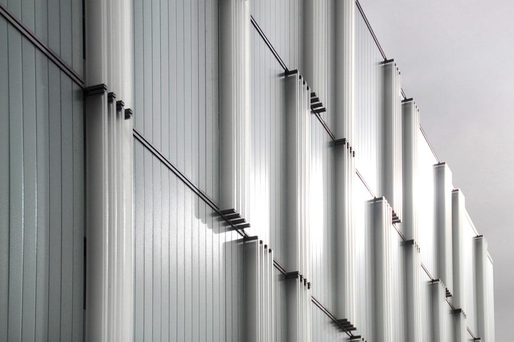 """""""היתה לנו הברקה של שימוש ב-U-Glass - פטנט שמאפשר הצבת לוחות זכוכית ללא צורך בשלד ייעודי, כי הלוחות נושאים את עצמם"""", מסבירים האדריכלים  (צילום: דן חיוטין)"""