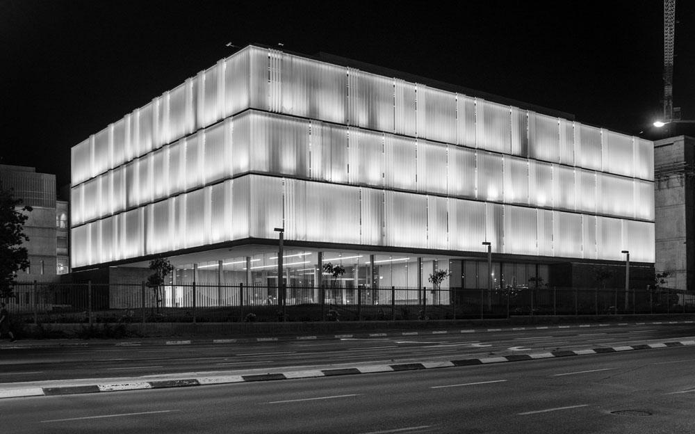 הבניין החדש, מבט מצומת הרחובות בן גוריון וגרינברג. קומת המסד נסוגה מקו החזית, כמו בבניין העירייה (צילום: נתן צרניאקוב)