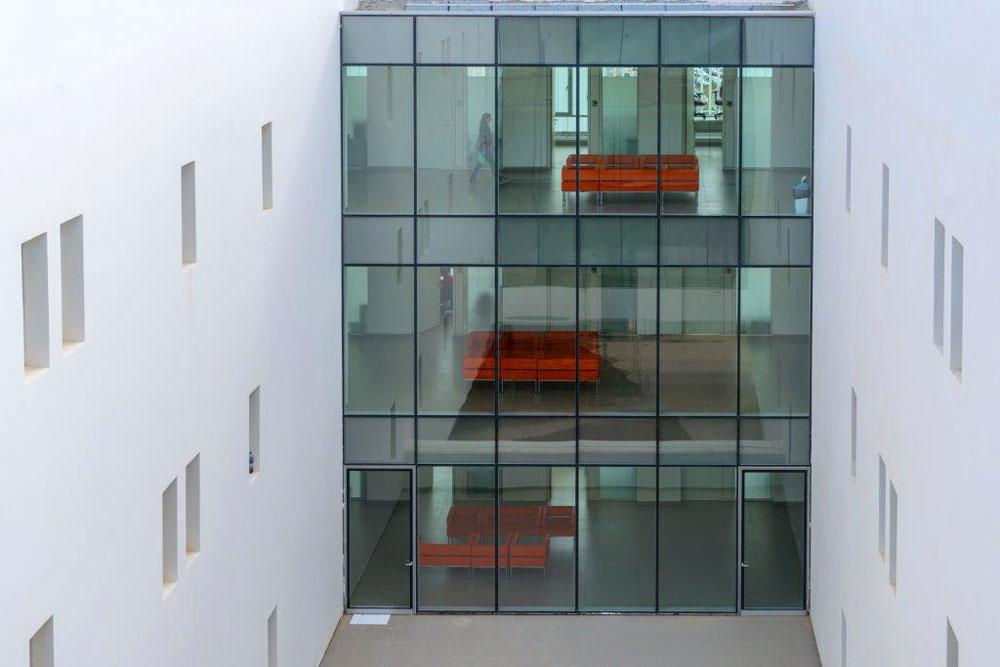 בכל אחת מהקומות העליונות יכולים החוקרים להיפגש בצומת המסדרונות של הקומה, סמוך למעבר בין הקומות (צילום: דן חיוטין)