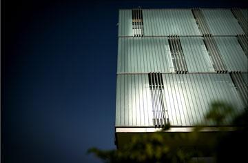 חלק מלוחות הזכוכית הוצבו כמו תריסים חצי פתוחים, כך שמבפנים הבניין אינו אטום, וניתן להשקיף ממנו החוצה (צילום: אבי פז)