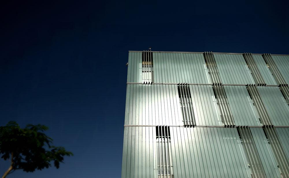 שתי שכבות זכוכית עוטפות את הבניין, והאוויר זורם ביניהן. חלק מלוחות הזכוכית הוצבו כמו תריסים חצי פתוחים, כך שמבפנים הבניין אינו אטום, וניתן להשקיף ממנו החוצה (צילום: אבי פז)