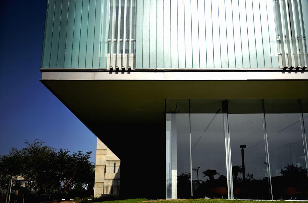בהנהלה חוששים משימוש יתר במזגנים, אבל העובדה שלבניין יש שתי שכבות של חזית זכוכית יוצרת הצללה מסוימת ושומרת באופן יחסי על הטמפרטורה הפנימית (צילום: אבי פז)