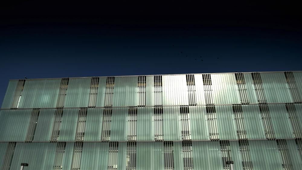 """בניין המכון הלאומי לביוטכנולוגיה באוניברסיטת בן גוריון, שהוקם בהשקעה של 76 מיליון שקל. האדריכלים רצו בטון, אבל התורם אמר: """"על גופתי""""  (צילום: אבי פז)"""