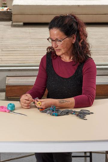 רבקה שכטר. ההשראה למחרוזת טריקו הגיעה בעת החלפת הבגדים בארון (צילום: מוטי פישביין)