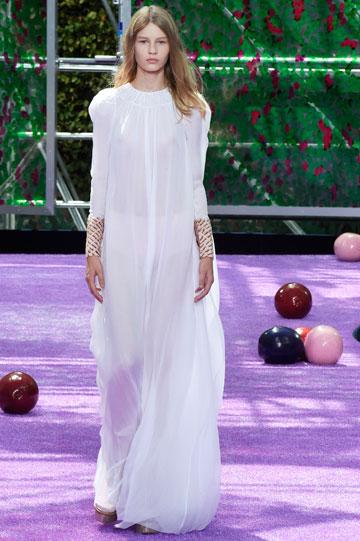 השמלה השקופה חשפה את גופה הגבעולי. סופיה מצטנר בתצוגת העילית של כריסטיאן דיור (צילום: gettyimages)