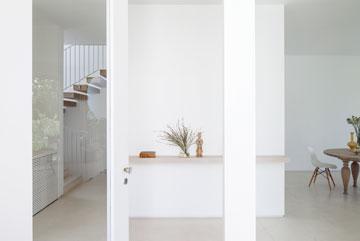 מול דלת הכניסה יש קיר שמסתיר מעלית וגרם מדרגות (צילום: עמית גרון)