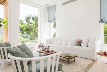 הצבע הלבן בולט גם ברהיטי הסלון (צילום: עמית גרון)