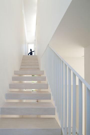 גרם מדרגות בהיר הותקן בין שני חלונות (צילום: עמית גרון)