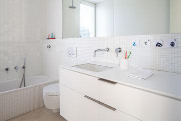 חדרי הרחצה חופו בפסיפס זכוכית לבן של ביזאצה (צילום: עמית גרון)
