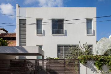 החזית הקדמית של הבית: קובייה לבנה ומינימליסטית (צילום: עמית גרון)