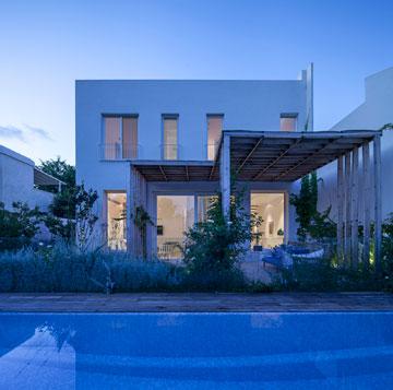 הבית מאחור: הגינה והבריכה מוסיפות צבע (צילום: עמית גרון)