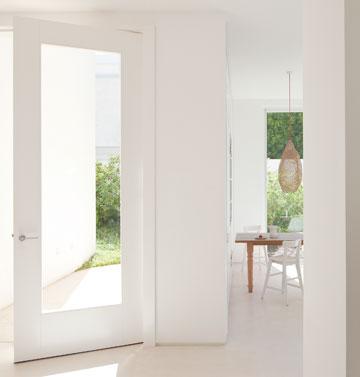 מבט לכיוון דלת הכניסה השקופה והמטבח (צילום: עמית גרון)