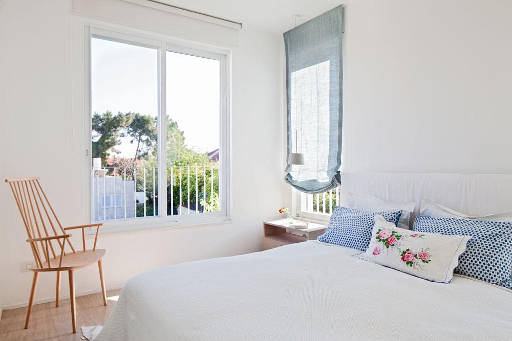 חדר השינה של ההורים. הכרית האמצעית מכוסה בציפית וינטג' מאוסף של בעלת הבית (צילום: עמית גרון)